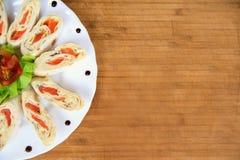 与三文鱼的开胃菜在皮塔饼面包装饰用蕃茄,沙拉 图库摄影