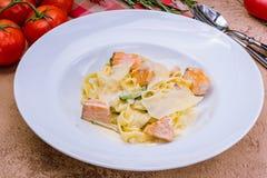 与三文鱼的意大利细面条 免版税图库摄影