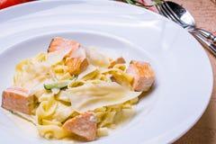 与三文鱼的意大利细面条 图库摄影