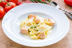 与三文鱼的意大利细面条 免版税库存图片