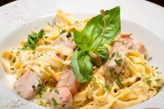 与三文鱼的意大利面食 图库摄影