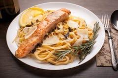 与三文鱼的意大利面食 库存照片
