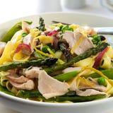 与三文鱼的意大利面食Primavera 库存图片
