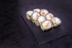 与三文鱼的热的寿司卷 日本食物 免版税库存照片