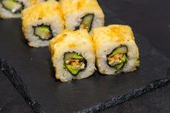 与三文鱼的热的寿司卷 日本食物 11 库存照片