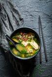 与三文鱼的美味的大酱汤在黑碗 免版税图库摄影