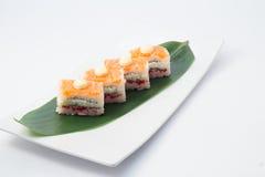 与三文鱼的翁志寿司 免版税图库摄影