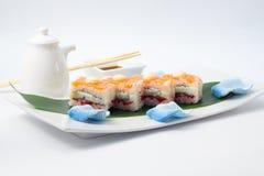 与三文鱼的翁志寿司 免版税库存照片
