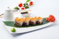 与三文鱼的翁志寿司 免版税库存图片