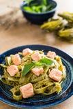 与三文鱼的菠菜意大利细面条 免版税库存图片