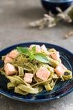 与三文鱼的菠菜意大利细面条 库存照片