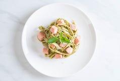与三文鱼的菠菜意大利细面条 免版税图库摄影