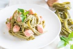 与三文鱼的菠菜意大利细面条 库存图片