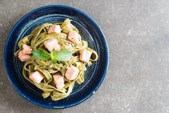 与三文鱼的菠菜意大利细面条 图库摄影