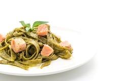 与三文鱼的菠菜意大利细面条 免版税库存照片