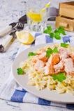 与三文鱼的面团farfalle 免版税库存照片