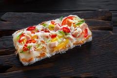 与三文鱼的鲜美开胃日本米薄饼在rusti服务 免版税库存照片