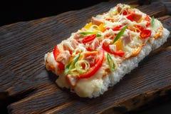 与三文鱼的鲜美开胃日本米薄饼在rusti服务 库存照片