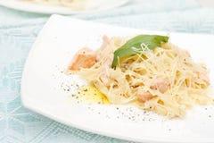 与三文鱼的鲜美意大利面食 库存图片