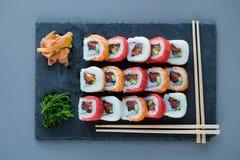 与三文鱼,大虾,鲕梨,奶油奶酪的卷寿司 寿司菜单 免版税库存图片