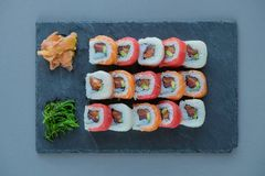 与三文鱼,大虾,鲕梨,奶油奶酪的卷寿司 寿司菜单 库存照片