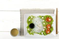 与三文鱼,米线的沙拉 免版税库存照片