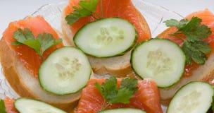 与三文鱼,黄瓜的开胃三明治 免版税库存图片