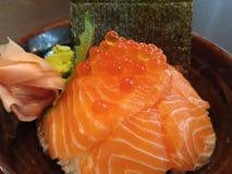 与三文鱼(三文鱼唐)的日本米 库存照片
