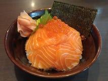 与三文鱼(三文鱼唐)的日本米 免版税库存照片