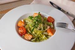 与三文鱼-意大利食物样式的菠菜意大利细面条 库存照片