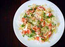 与三文鱼ceviche、薤和芝麻籽的油煎的嘎吱咬嚼的米线 图库摄影