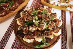 与三明治开胃菜板材的一顿自助餐与鱼,咸黄瓜和柠檬的,结合与小铲,绣了tablecl 图库摄影