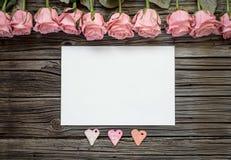 与三朵心脏和玫瑰的空白的白皮书 库存照片