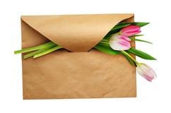 与三朵郁金香花的工艺纸信封 库存图片