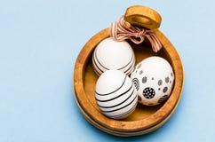 与三的复活节背景绘了与黑条纹的鸡蛋 免版税库存照片