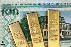与三种金制马上的齿龈的一百张白俄罗斯卢布钞票 免版税库存照片
