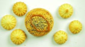 与三色烹饪油漆的黄油饼干绘用零的小曲奇饼 在圈子的运动 手工制造 影视素材