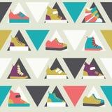与三角和体育运动鞋鞋子的无缝的例证在明亮的颜色的无缝的样式 烦恼的Lowpoly设计 库存照片
