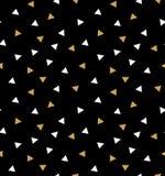 与三角的抽象无缝的在深灰背景的样式在金子和白色 库存照片