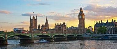 与三辆公共汽车的伦敦横幅 免版税库存照片