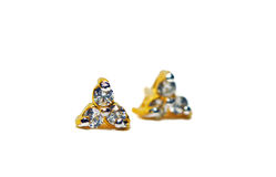 与三颗圈子金刚石宝石puttin的金下垂有浮雕的贝壳首饰 免版税库存照片