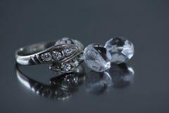 与三颗珍珠的圆环 库存照片