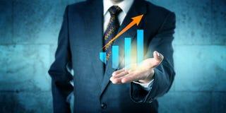 与上升趋势的经理提供的成长曲线图 免版税库存照片