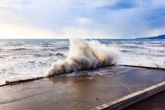 与上流的海风暴挥动碰撞在堤防 背景彩色插图模式无缝的向量水 图库摄影