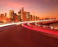 与上海陆家嘴市大厦的空的路面破晓 免版税库存照片