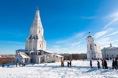 与上生的古老圣乔治,在右边的16世纪教会在左边和教会的Kolomenskoye  图库摄影