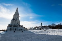 与上生的古老圣乔治,在距离的16世纪教会在左边和教会的Kolomenskoye  免版税库存图片