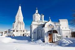与上生的古老圣乔治, 16世纪教会在背景和教会的Kolomenskoye庄园  免版税库存图片