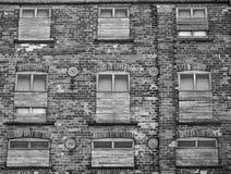 与上的大老砖工厂厂房窗口 免版税库存图片