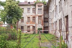 与上的被放弃的难看的东西红砖大厦窗口 免版税库存照片